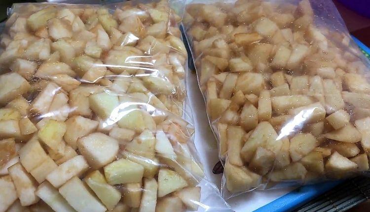 Как заморозить яблоки на зиму в морозилке